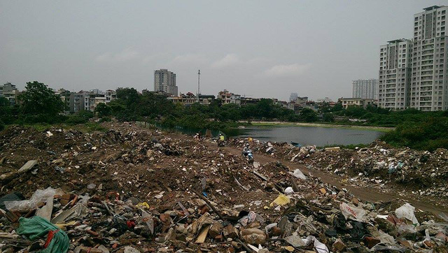 Dọc bên hồ Đầm Hồng (quận Thanh Xuân, TP Hà Nội) ngập tràn rác, phế thải xây dựng gây ô nhiễm môi trường, tràn xuống lối đi dân sinh.