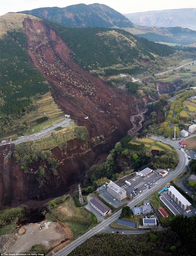 Chỉ trong 3 ngày ngắn ngủi, Nhật Bản đã phải hứng chịu 2 trận động đất với cường độ lần lượt là 6,4 độ Richter và 7,3 độ Richter, khiến ít nhất 41 người chết, hơn 1.500 người bị thương.
