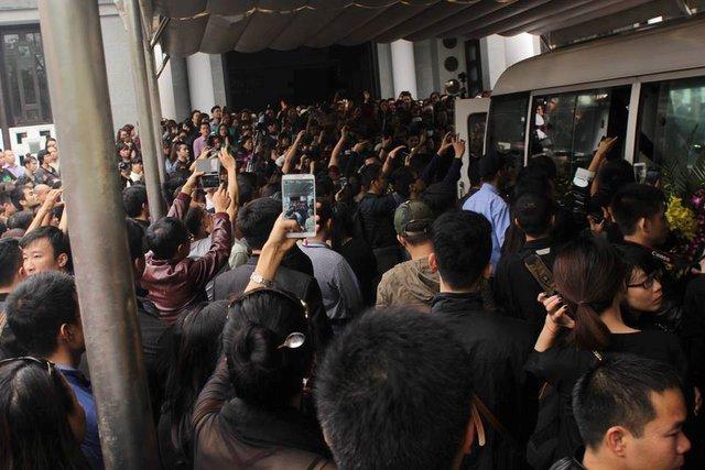 Hang nghìn fan hâm mộ tập trung trước xe chở di hài để nhìn anh lần cuối.