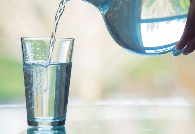 Nước đun sôi để lâu quá 24 giờ có thể gây hại cho cơ thể nếu uống vào sáng sớm. Ảnh:Greatist.