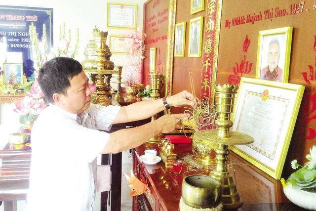 Anh Dương Hoàng Tuấn đang thắp hương cho mẹ ruột - mẹ VNAH Huỳnh Thị Sao. Ảnh: Đ.B