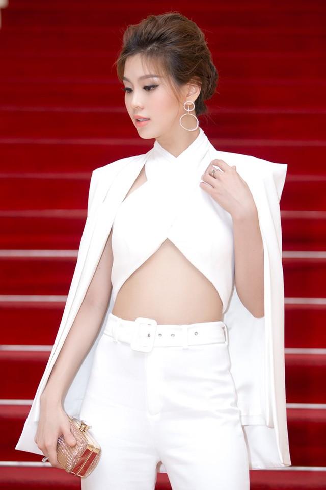Dù có thai 3 tháng, người đẹp vẫn không ngại diện trang phục cá tính dự họp báo Hoa hậu Việt Nam mới đây. Ảnh: PBB