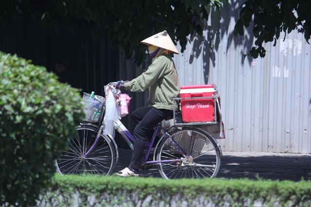 Những vòng xe trở nên nặng nề hơn vì nắng nóng.