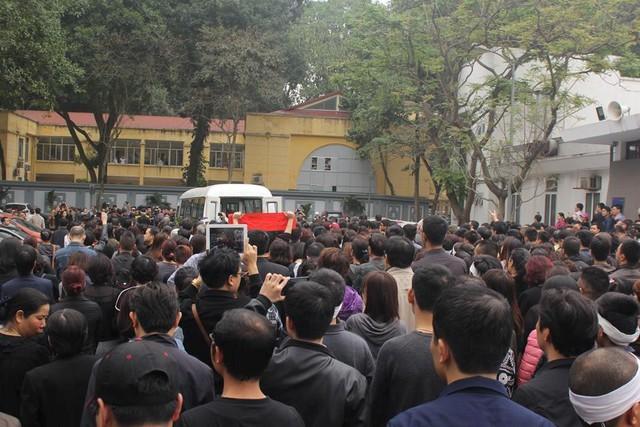 Dòng người nối đuôi nhau tiễn Trần Lập ra khỏi nhà tang lễ.