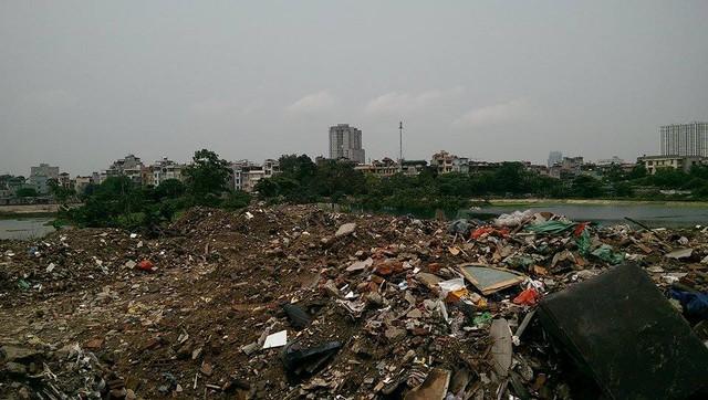 Theo một số người dân, nguyên nhân là do ý thức của một số người cũng như hậu quả của việc những công trình cũ đập ra nhưng không được vận chuyển, đổ đi nơi khác khiến cho nơi này như một nơi tập kết rác thải.