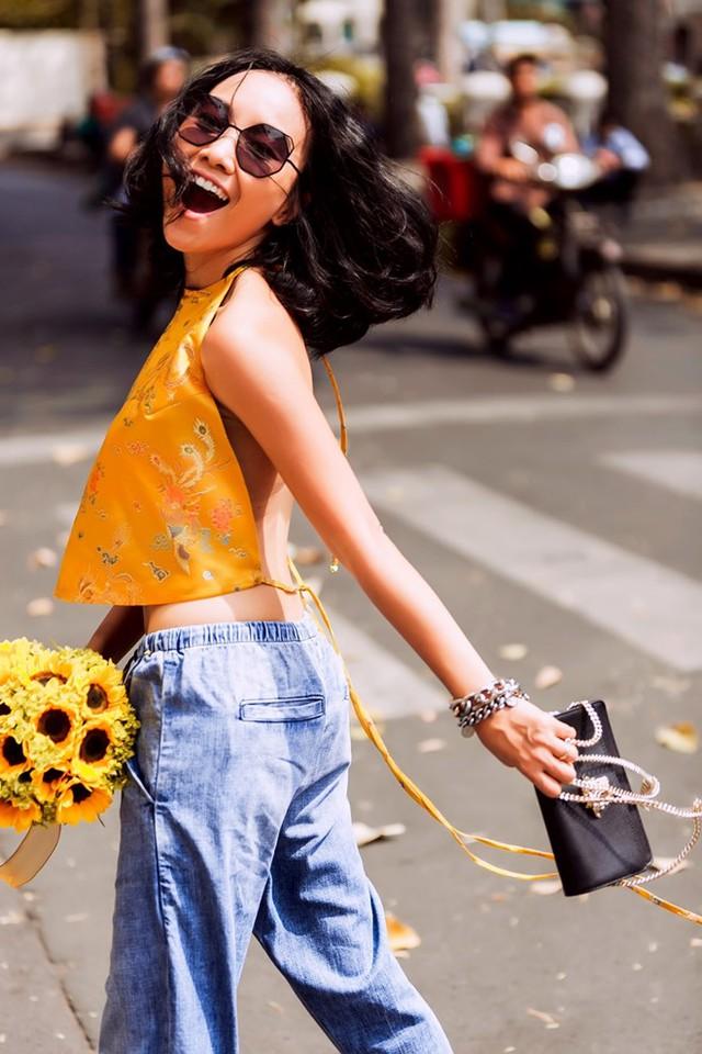 Vốn yêu thích sự phá cách trong thời trang, Đoan Trang khoác lên mình chiếc áo gấm cách điệu kết hợp cùng trang phục trẻ trung, năng động của Salvatore Ferragamo, Versace Jeans,... để xuống phố mùa xuân.