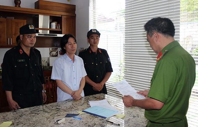 Cảnh sát đọc lệnh bắt đối với Phạm Văn Thái. Ảnh: Trung Long.