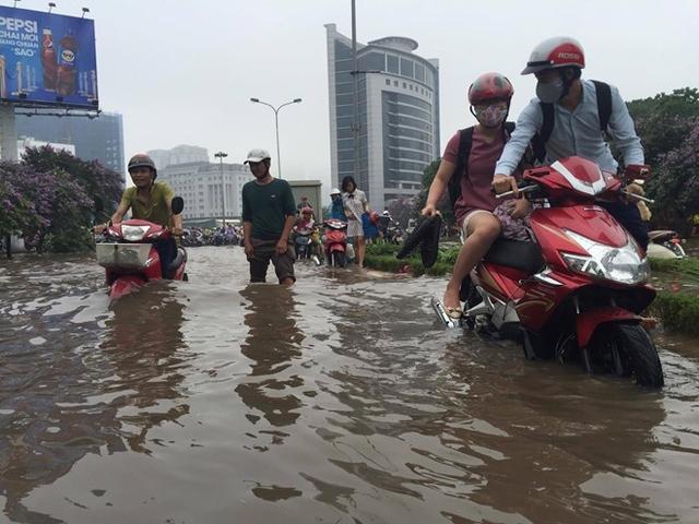 Nút giao Trần Thái Tông - Tôn Thất Thuyết (Cầu Giấy) tê liệt, nước ngập sau 40-50 cm. Hàng chục ôtô, xe máy chết máy.