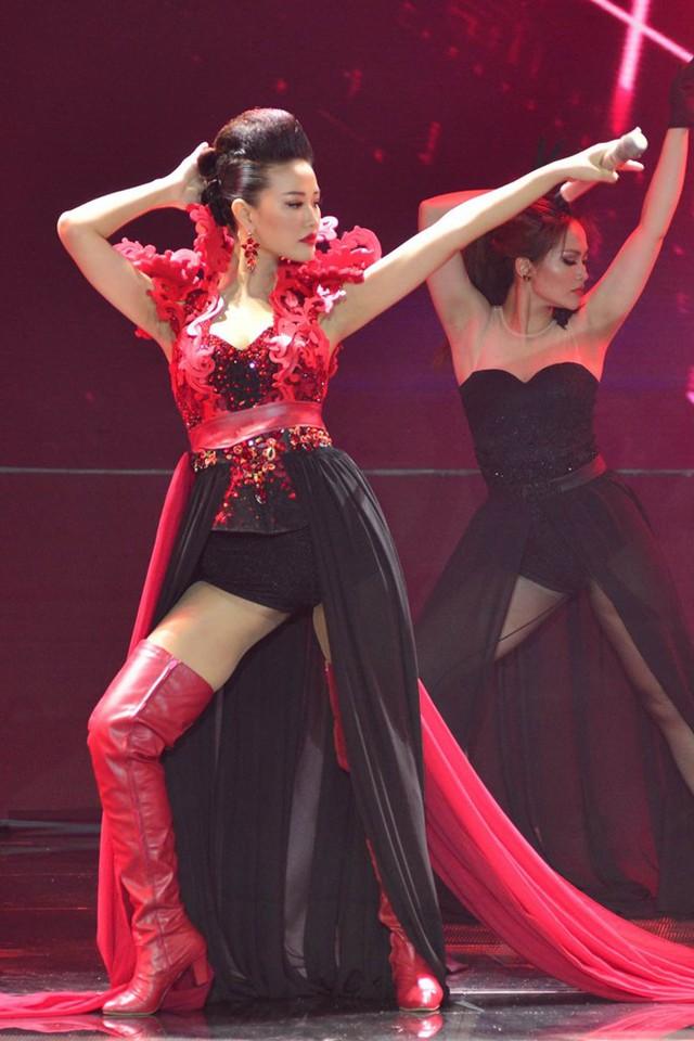 Maya tái hiện vai diễn Trà My trong phim Scandal trên sân khấu mở màn The Remix 2016. Ảnh: Nguyễn Thành