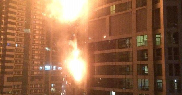 Một phóng viên ảnh đã thoát chết nhờ buộc mình vào chiếc máy lau cửa sổ ở tầng 48 tòa nhà bị cháy ở Dubai - Ảnh: AP