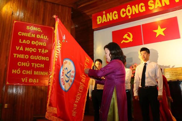 Thứ trưởng Bộ Y tế Nguyễn Thị Xuyên trao Huân chương lao động hạng Nhất cho Bệnh viện Chợ Rẫy