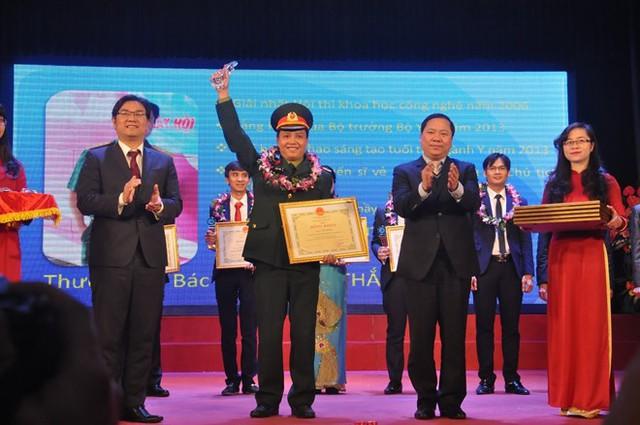 Bác sĩ Thắng nhận giải thưởng Đặng Thùy Trâm năm 2016. Ảnh: Văn Chung.