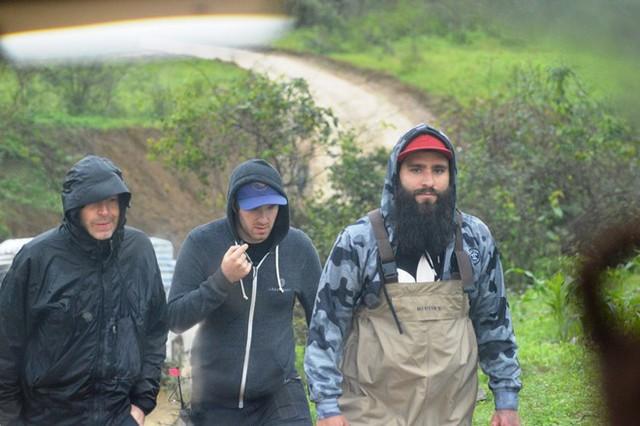 Đạo diễn Jordan Vogt-Roberts đi khảo sát một số vị trí tại phim trường trước cửa hang Chuột ở thung lũng Tân Hoá, huyện Minh Hoá. Ảnh: Văn Được.