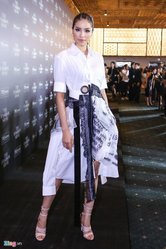 Tối 23/3, Phạm Hương tham gia sự kiện The Fashion Show tổ chức tại TP HCM để ủng hộ các nhà thiết kế Việt. Người đẹp Hải Phòng xuất hiện nổi bật trong bộ cánh phá cách của nhà thiết kế Công Khanh. Cô tiết lộ vừa tăng 6 kg sau khi trở về từ chuyến công tác nước ngoài.