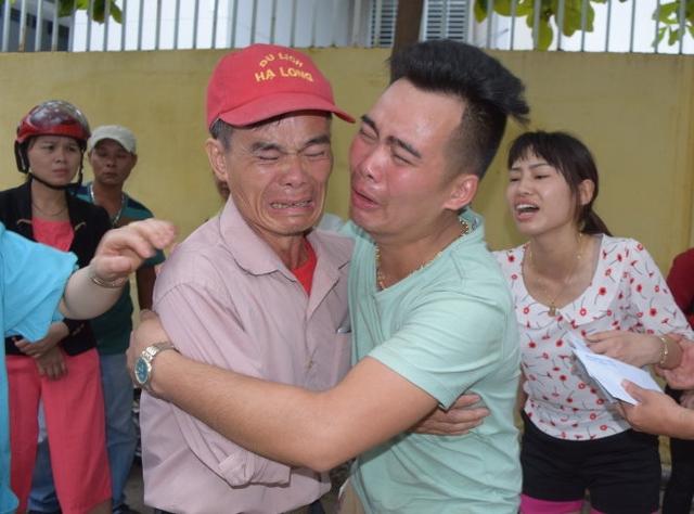 Ông nội và cha của hai cháu bé nạn nhân ôm nhau khóc khi biết con cháu mình đã mãi lìa xa. Ảnh: VnExpress