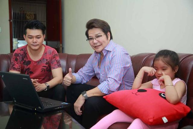 Nghệ sĩ cải lương Linh Tâm đã định cư ở Mỹ, anh về Việt Nam giúp đỡ con trai tham gia cuộc thi. Ảnh: Jet