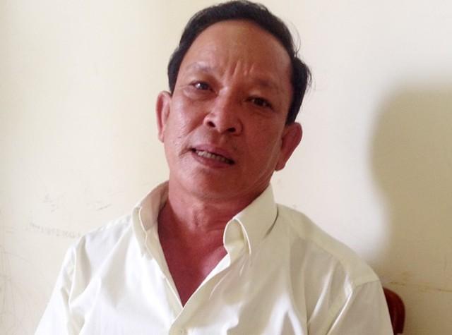 Ông Trần Văn Thanh kể lại đêm con trai Trần Văn Giang trốn về quê thăm vợ con. Ảnh: Việt Tường.