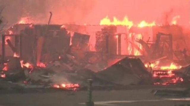 Nhà dân ở Fort McMurray bị lửa thiêu rụi - Ảnh: CNN