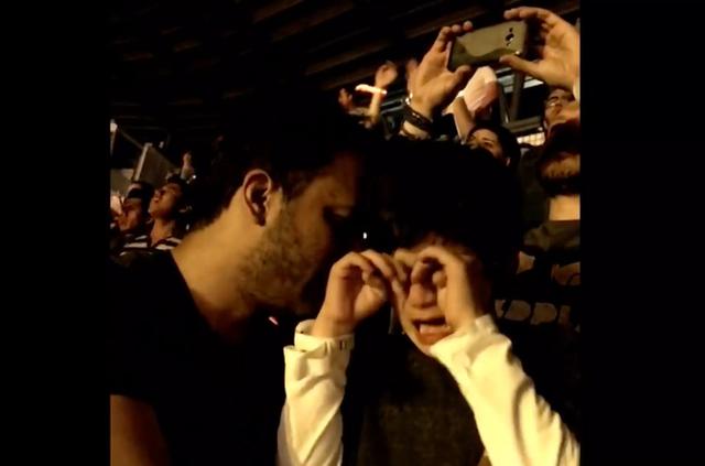 Luiz Vazquez và con trai rơi lệ trong buổi biểu diễn của Coldplay.