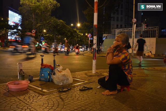 Bà Ngọc Anh ngồi lặng thinh một góc phố chờ người cần bơm - vá lốp xe.