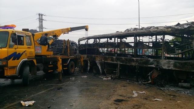 Hiện trường vụ tai nạn kinh hoàng khiến 2 xe khách giường năm cháy rụi - Ảnh: Quế Hà