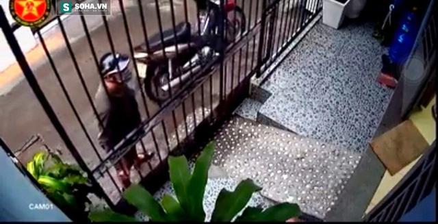 Tên cướp mở cửa vào nhà.