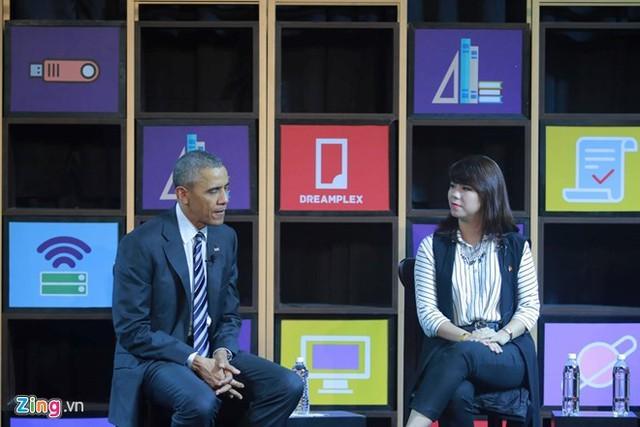 Lê Hoàng Uyên Vy trong cuộc tọa đàm với Obama tại Dreamplex, TP HCM ngày 24/5. Ảnh: Quốc Huy