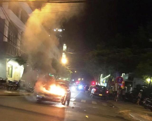 Xe ô tô bốc cháy dữ dội phía trước. Ảnh: Cảnh sát PCCC