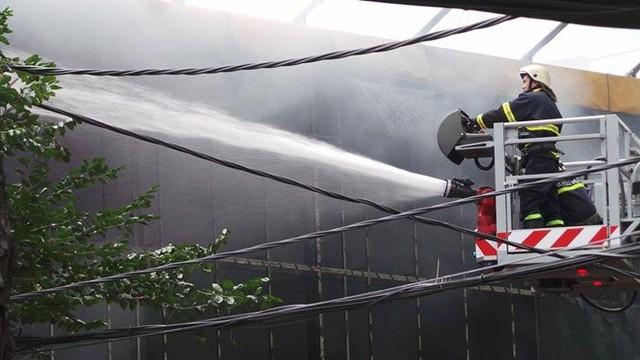 Đến 12h20, ngọn lửa cơ bản được khống chế, chỉ còn khói trắng bay ra từ hiện trường.