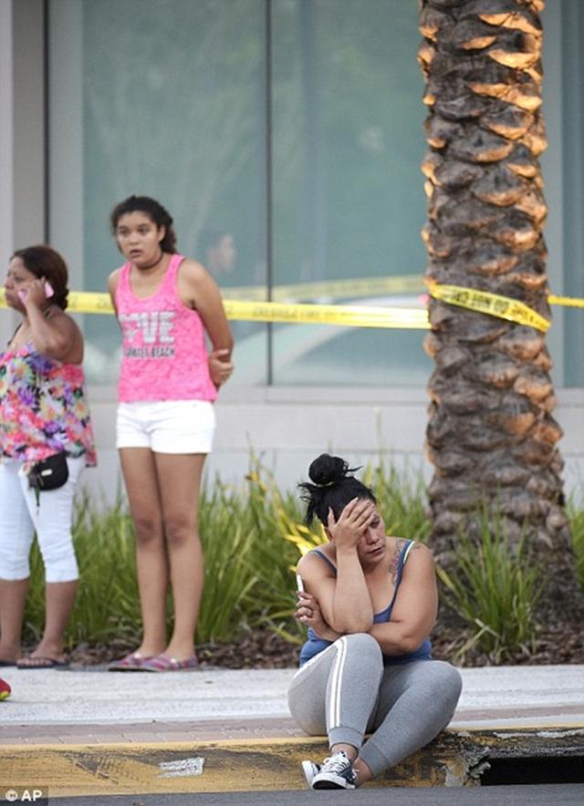 Những giọt nước mắt lăn dài sau vụ xả súng đẫm máu đã khiến cả trăm người thương vong.