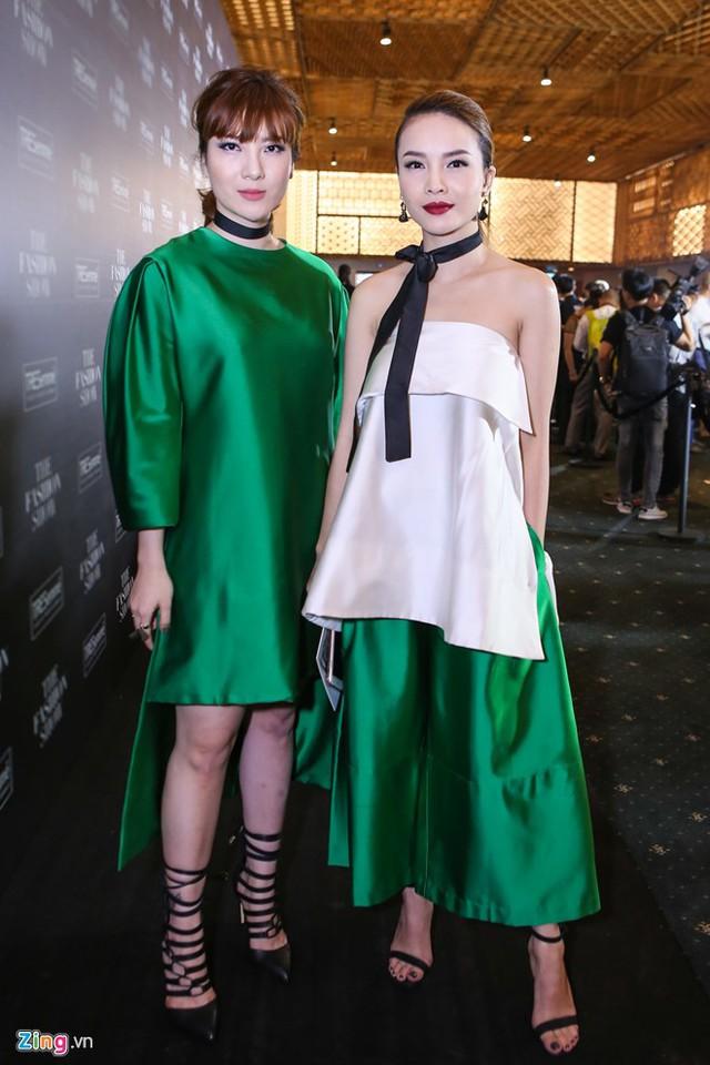 Yến Trang - Yến Nhi chọn trang phục tông xanh trắng ton sur ton. Là cặp chị em mặc đẹp nhất nhì làng giải trí, cả hai luôn xuất hiện trong những bộ cách khác biệt dự sự kiện giải trí.