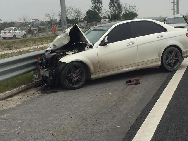 Chiếc xe Mercedes bị hư hỏng nặng phần đầu.
