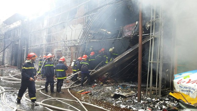 Chị Bạch Yến, quản lý cửa hàng Thế giới di động cho biết, lúc xảy ra cháy bên trong có khoảng 10 nhân viên. Những người này chỉ kịp dắt xe máy của mình và khách hàng đi nơi khác, còn tài sản bên trong thì không di dời kịp.