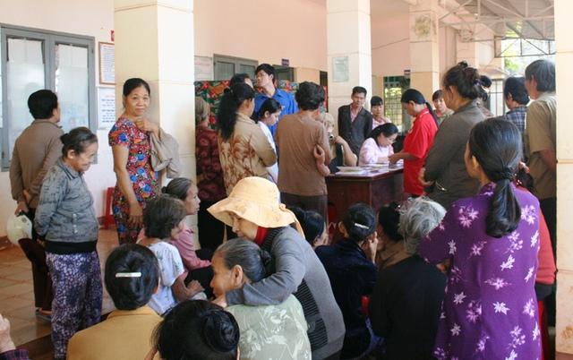 Rất đông người dân khó khăn xã Tân Hưng vui mừng chờ đón đoàn thiện nguyện Chi hội Thầy thuốc trẻ Viện Pasteur TP.HCM.