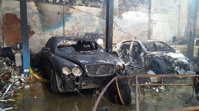 Hơn 10 chiếc xe trong gara ôtô bị cháy trơ khung.