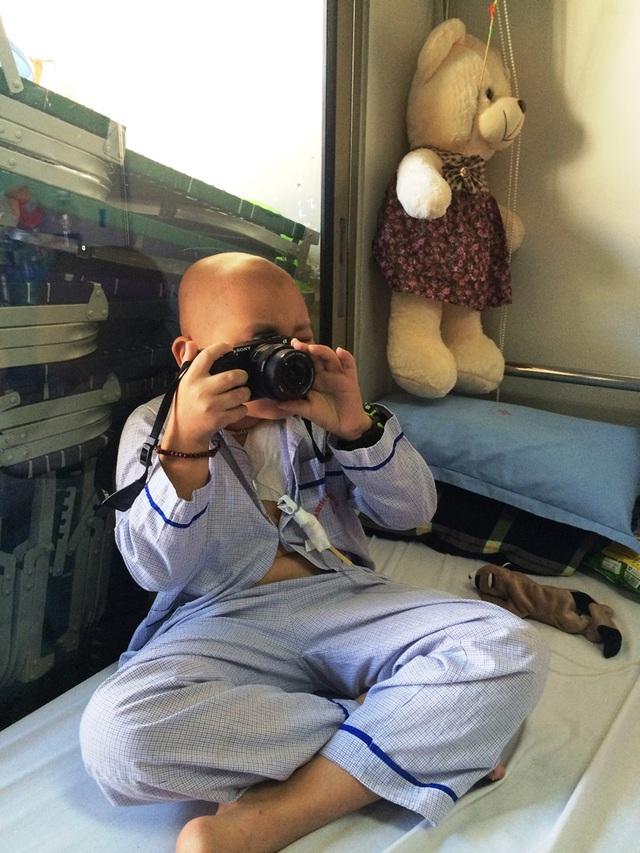 Em Vũ Duy Hưng rất thích chụp ảnh và mong muốn có một chiếc máy ảnh để tác nghiệp. Ảnh: N.Mai
