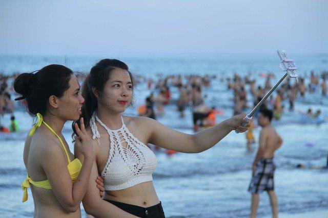 Hai thiếu nữ chụp ảnh tự sướng bên bờ biển...Ảnh: Đức Hoàng