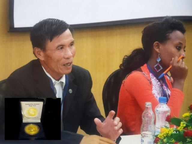 Ông Phạm Qúy Thí tham gia thuyết trình trong một hội thảo về bom mìn tại Nauy. Huy hiệu của Vương quốc Campuchia trao cho ông Phạm Qúy Thí (ảnh nhỏ).