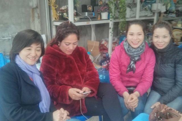 Chị Đặng Thị Ngọ (áo hồng) và chị Tạ Thị Thu Trang (áo nâu), hai người có khuôn mặt rất giống nhau. Ảnh: Nhân vật cung cấp