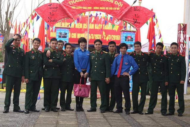 Chụp ảnh kỷ niệm cùng các đoàn viên đến từ đơn vị khác