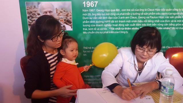 Các bác sĩ khám và tư vấn dinh dưỡng cho trẻ