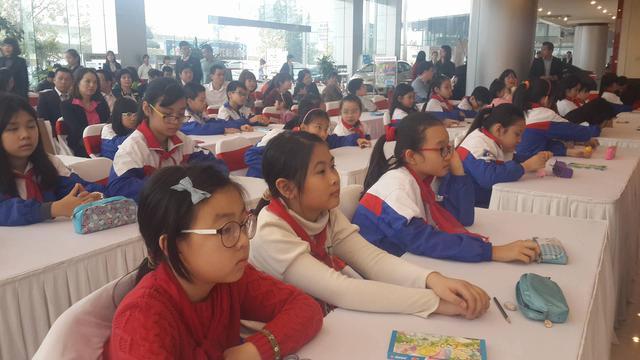 Các em học sinh tiểu học tại lễ phát động cuộc thi vẽ tranh