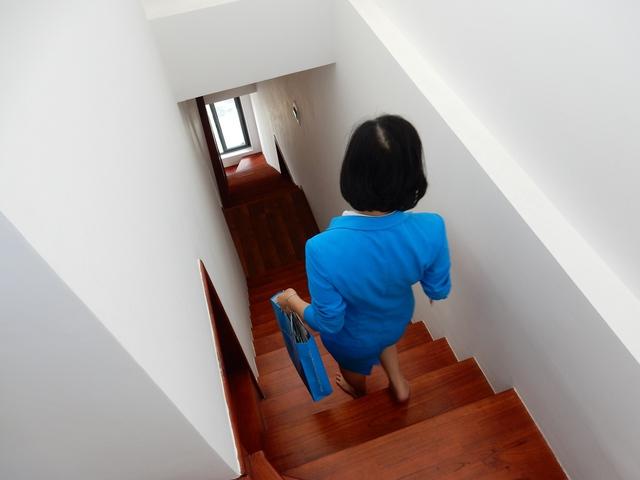 Cầu thang trong nhà được thiết kế một bên nối lối đi với các phòng trong nhà...Ảnh: Đức Hoàng