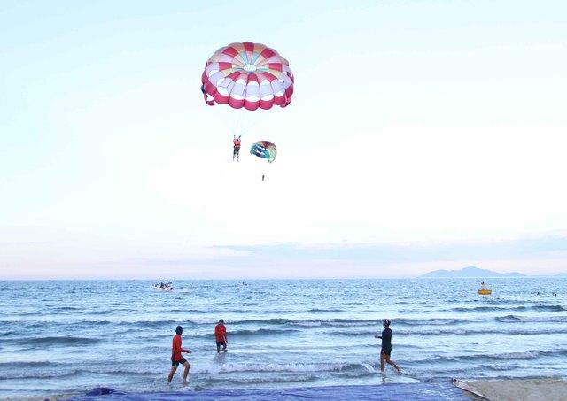Nhiều du khách và người dân cảm thấy thích thú khi được bay lên cao nhìn xuống biển Đà Nẵng. Ảnh: Đức Hoàng