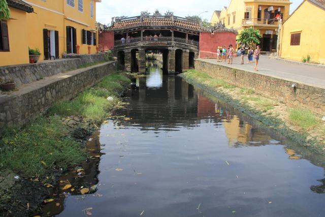 Trong lúc đó, dưới cầu là sự chuyển biến của dòng chảy và môi trường ẩm ướt của sông nước