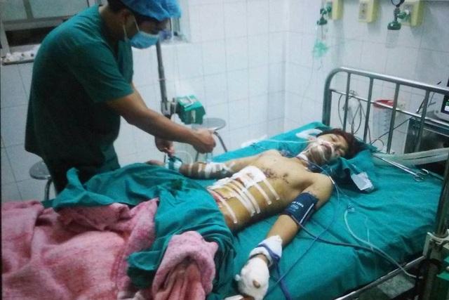 Bệnh nhân Tiến khi còn điều trị tại khoa Phẫu thuật – Gây mê hồi sức (BV Đa khoa Tuyên Quang). Ảnh: Gia đình cung cấp