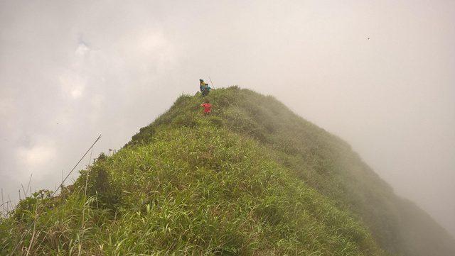 Con đường nguy hiểm giữa núi Công Sơn trong hành trình của nhóm thanh niên.
