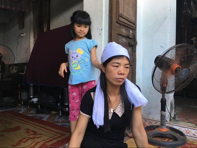 Chị Vũ Thị Liên (vợ anh Thủy) cạn khô dòng nước mắt sau cái chết của chồng