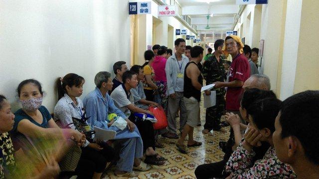 Không khí trở nên ngột ngạt hơn khi số lượng bệnh nhân chờ khám quá đông.
