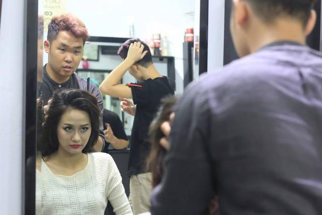 Sau đó cô được Nhà tạo mẫu tóc hướng dẫn các kiểu tóc phù hợp để Lan Anh có thể tự mình tạo kiểu trong suốt một tuần tham dự cuộc thi.